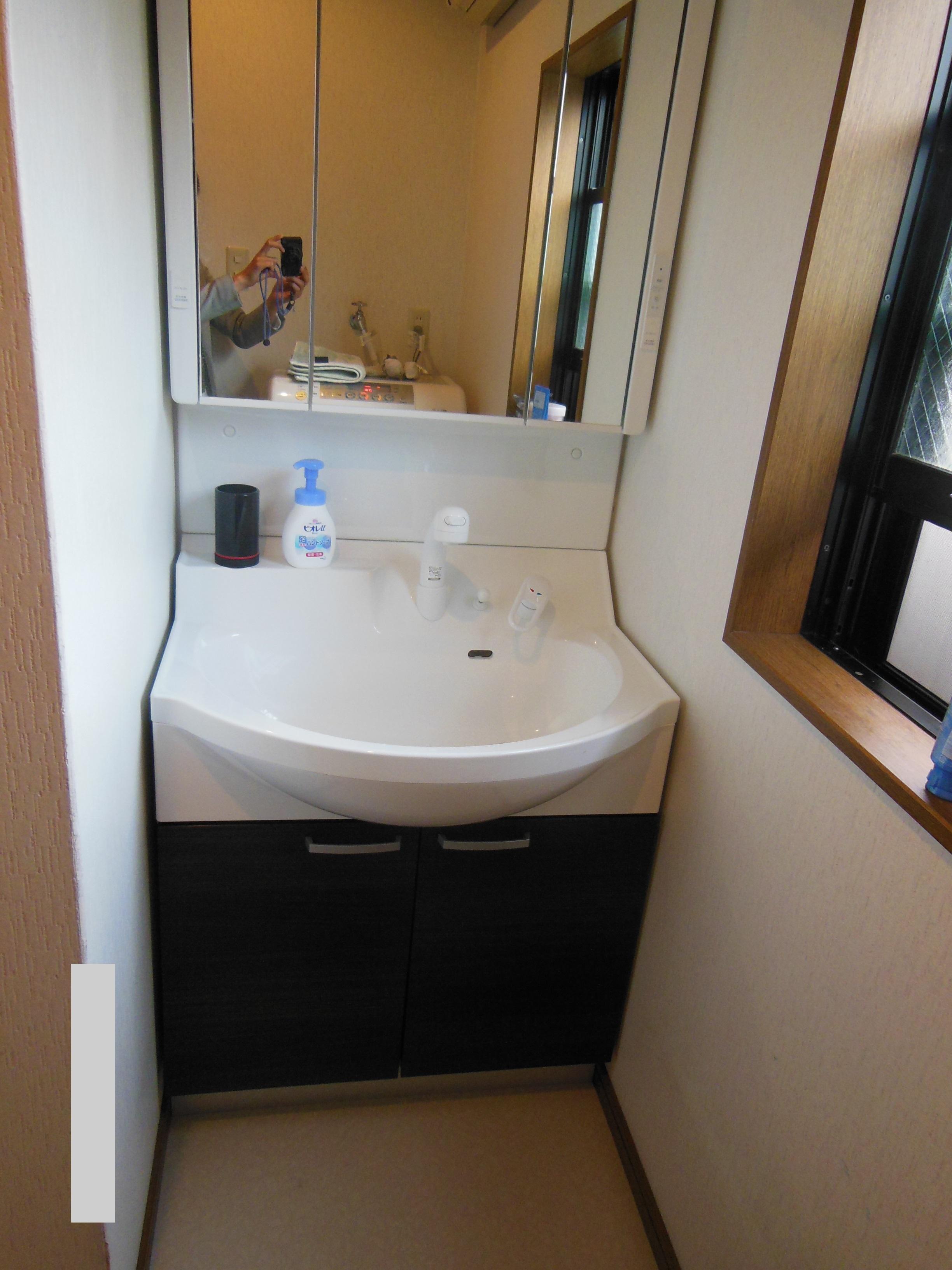 京都市上京区s様邸の洗面化粧台、換気扇取り換え工事が完了しました。